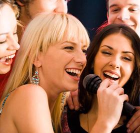 広い会場でカラオケを歌い放題!余興の一つにいかがですか?